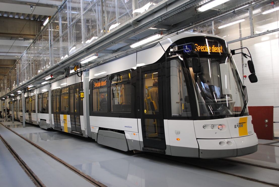 De nieuwe Flexity 2-tram (43 m) van De Lijn in de nieuwe tramwerkplaats in de stelplaats Gentbrugge.