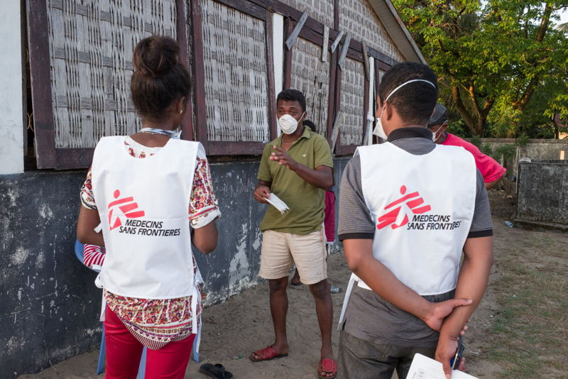 Local MSF staff talking with a patient at the Health Center in Tamatave (also known as Toamasina) where MSF supports the MoH in the emergency response to the plague. RIJASOLO / Médecins Sans Frontières