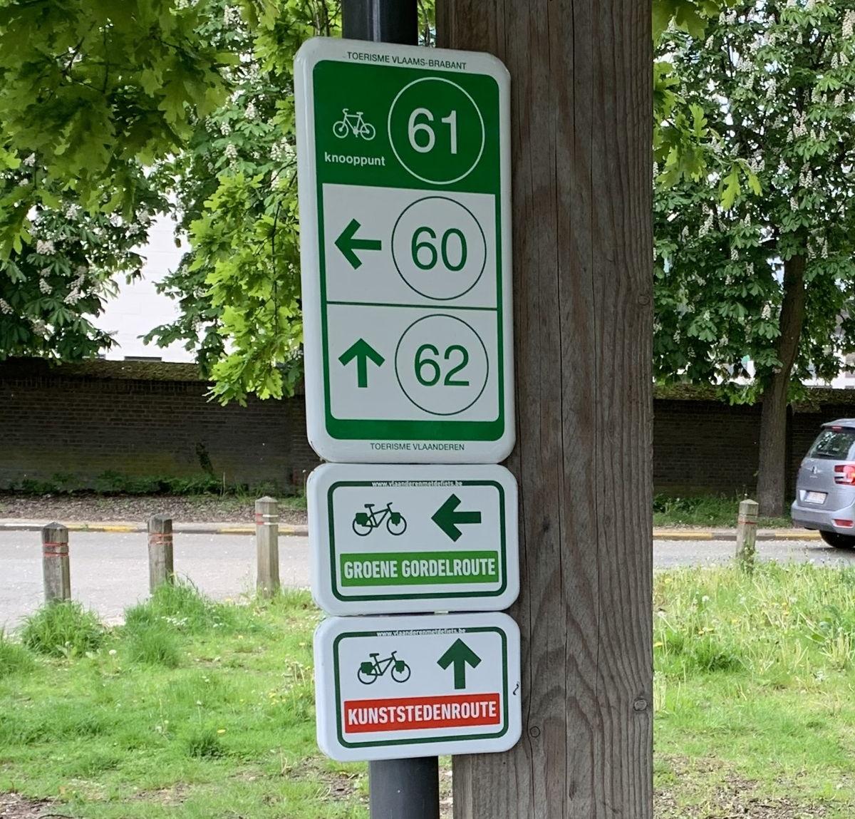 De nieuwe fietsborden van de Groene Gordelroute en Kunststedenroute zijn geplaatst