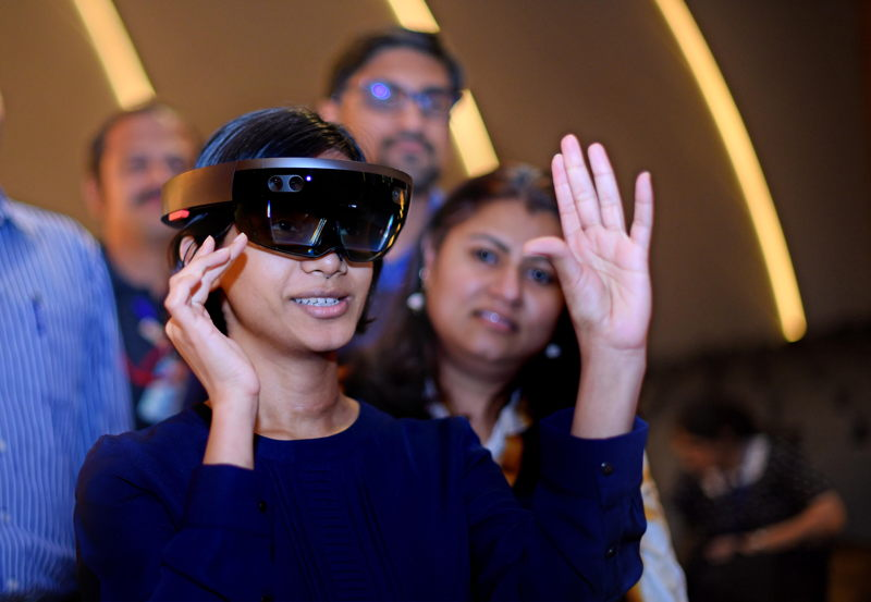 Emirates' staff get insight into innovative technology from Rolls-Royce