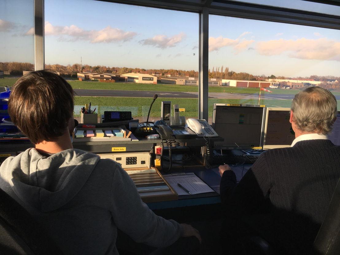 Twee Aerodrome Flight Information Service Officers (AFISO) van Belgocontrol in de controletoren van Kortrijk-Wavelgem