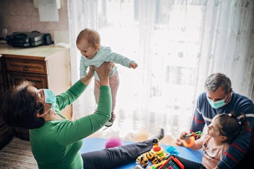 """Reactie Gezinsbond: """"Nieuwe informatie over knuffelcontact zal grote gevolgen hebben voor gezinnen tijdens komende periode"""""""