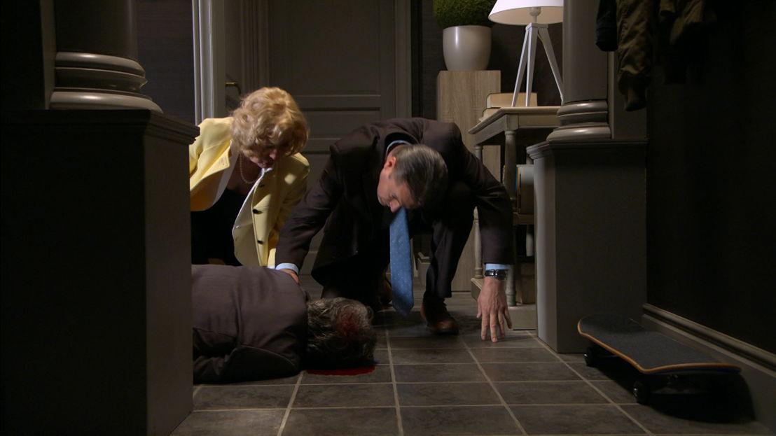 Marianne en Tom vinden Leo op de grond terug.