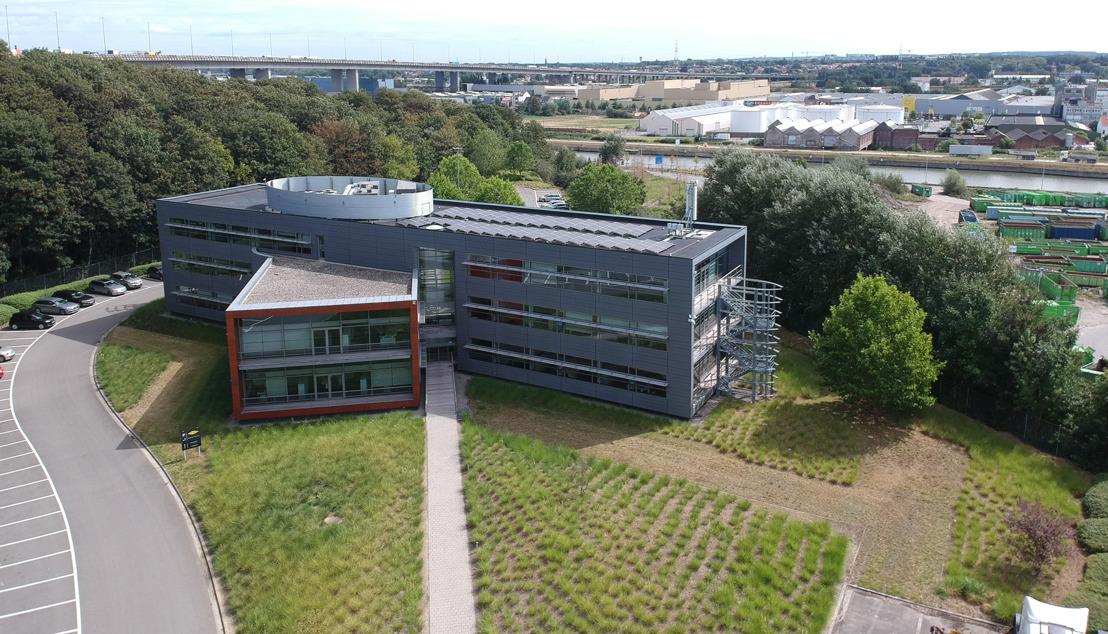 Luminus plaatst fotovoltaïsche panelen op de daken van Colas Belgium en Scania