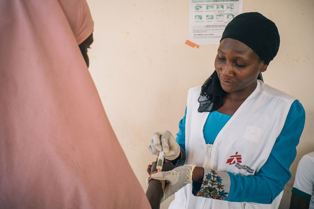 Member of MSF Nigeria Emergency Response Unit (NERU) attends a woman in the meningitis treatment center run by MSF in Sokoto Mutalah Mohamad Hospital. Photographer: Fabrice Caterini - INEDIZ/MSF