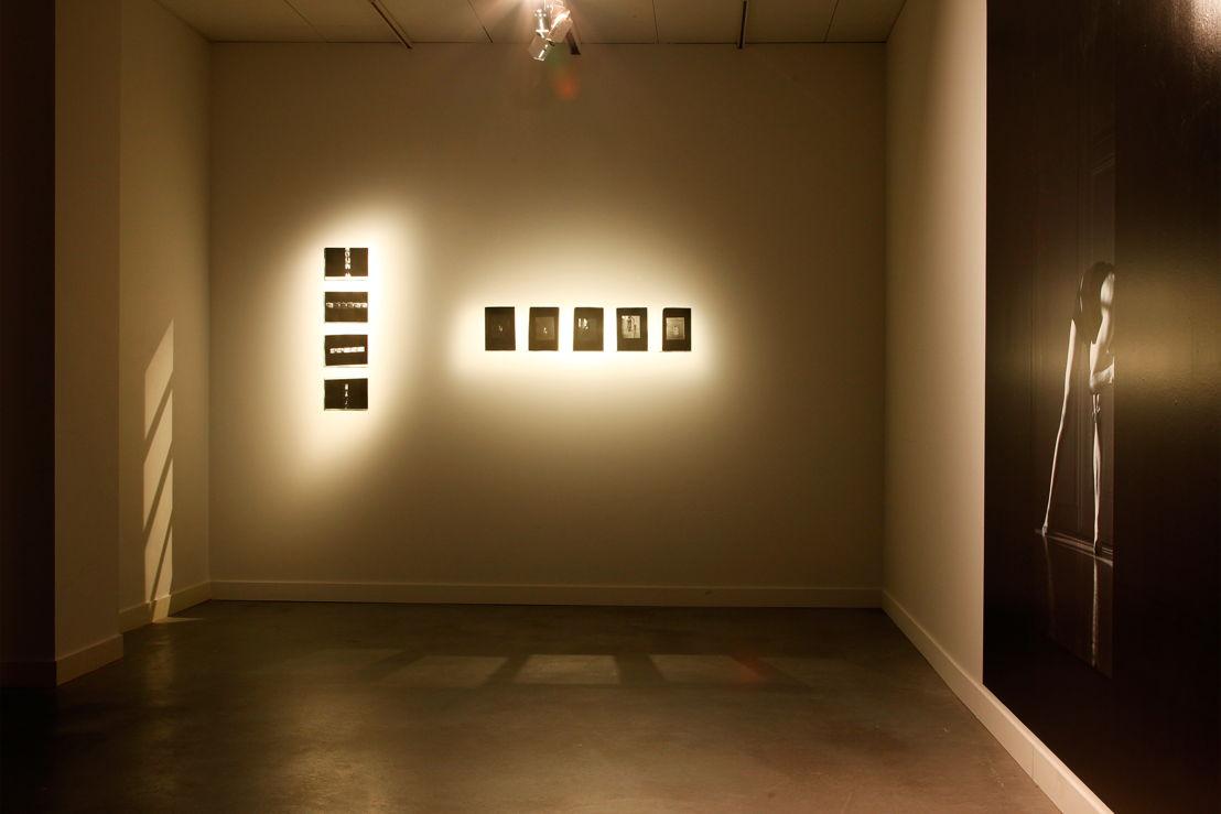 Zaalzicht tentoonstelling Salla Tykkä in M - Museum Leuven.<br/>Foto (c) 2016 KK / www.document-architecture.com