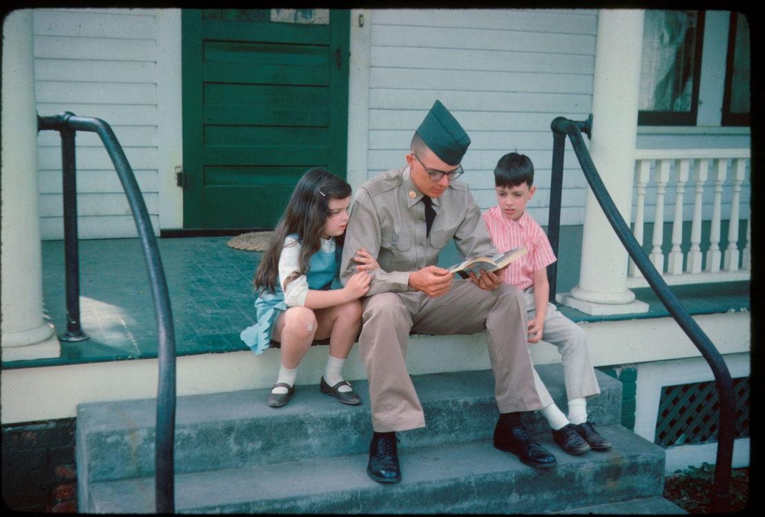 The Vietnam War - Aflevering 7: Soldaat Denton Crocker met broertje en zusje voor vertrek Vietnam 1965 - (c) The Crocker Family