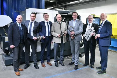 Antriebstechnologien der Zukunft: Bundesverkehrsminister Scheuer besucht Motorenfabrik Hatz
