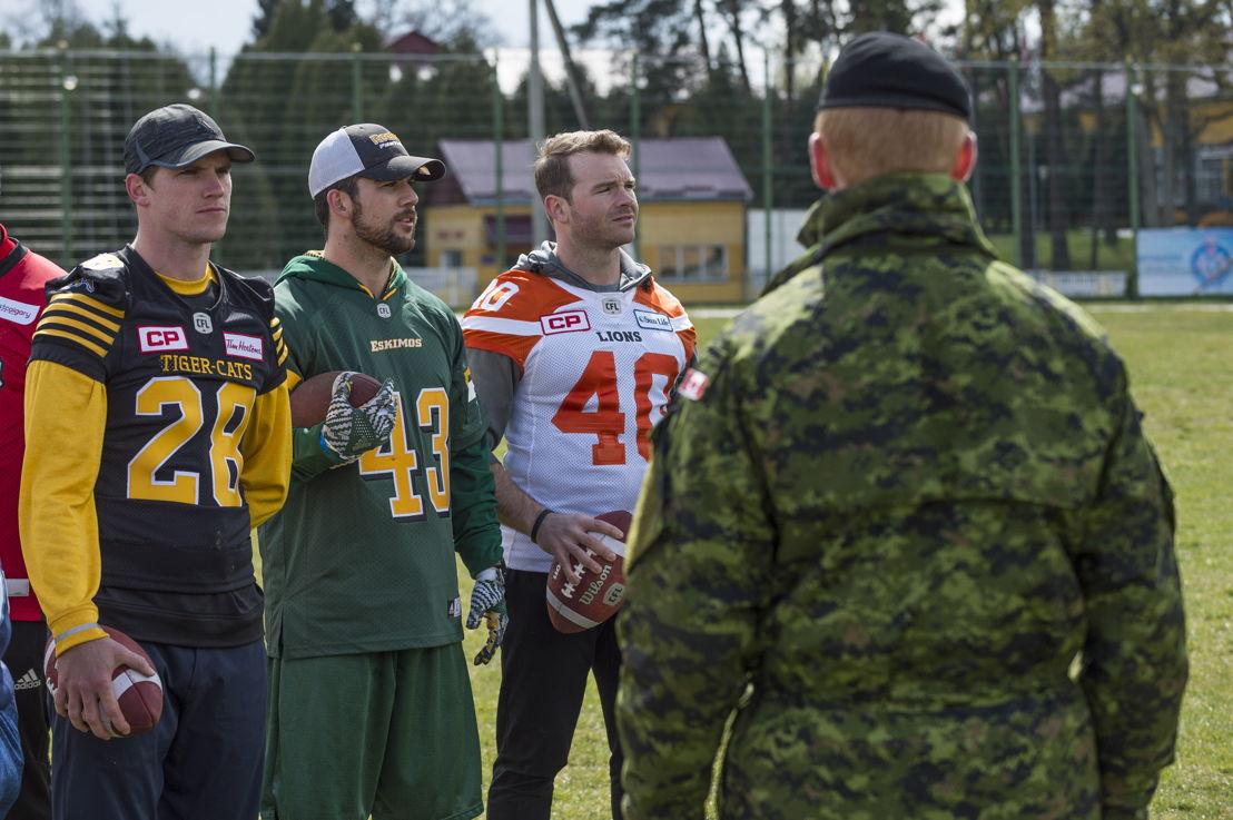 Craig Butler (G), Neil King (C) et Eric Fraser (D) avec des membres des Forces canadiennes à Lviv, en Ukraine. Photo : CplC Mathieu Gaudreault, Caméra de combat des Forces canadiennes