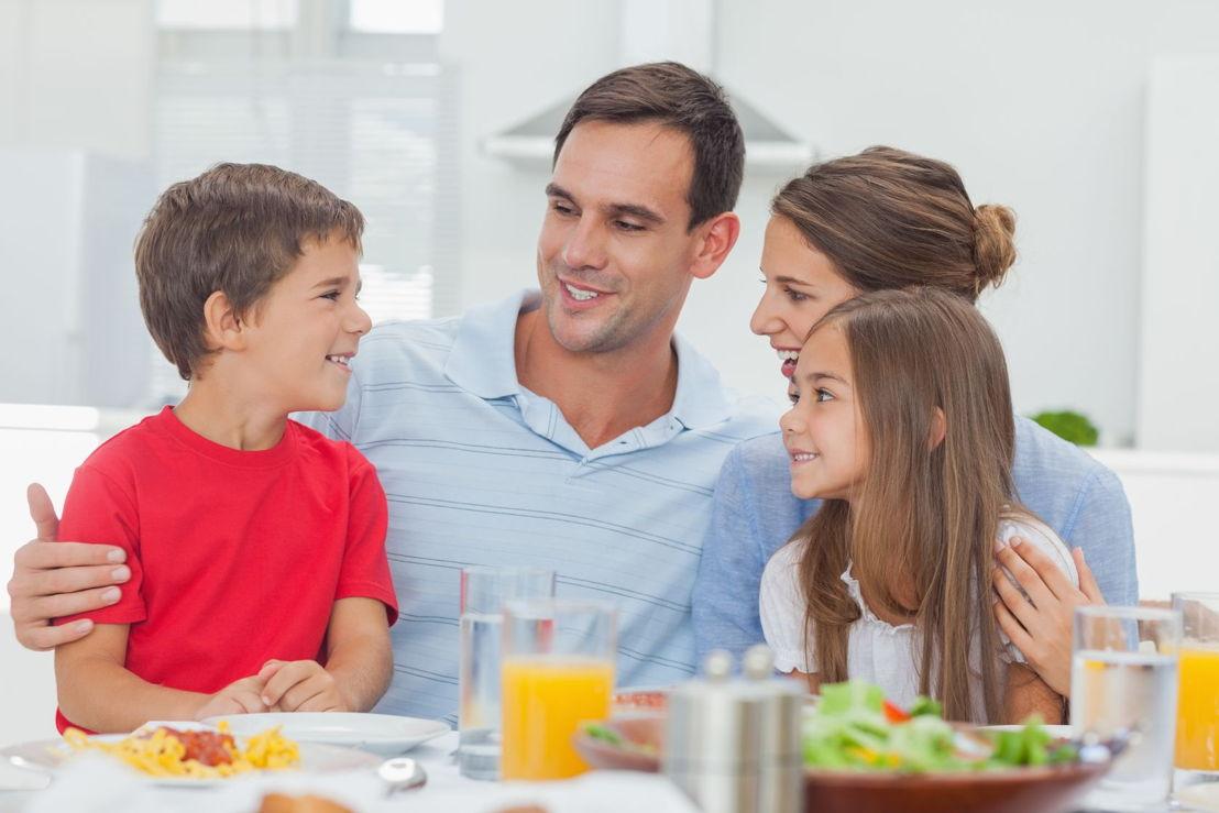 famiglia a tavola.jpg