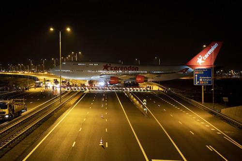 Corendon Boeing 747 steekt snelweg over