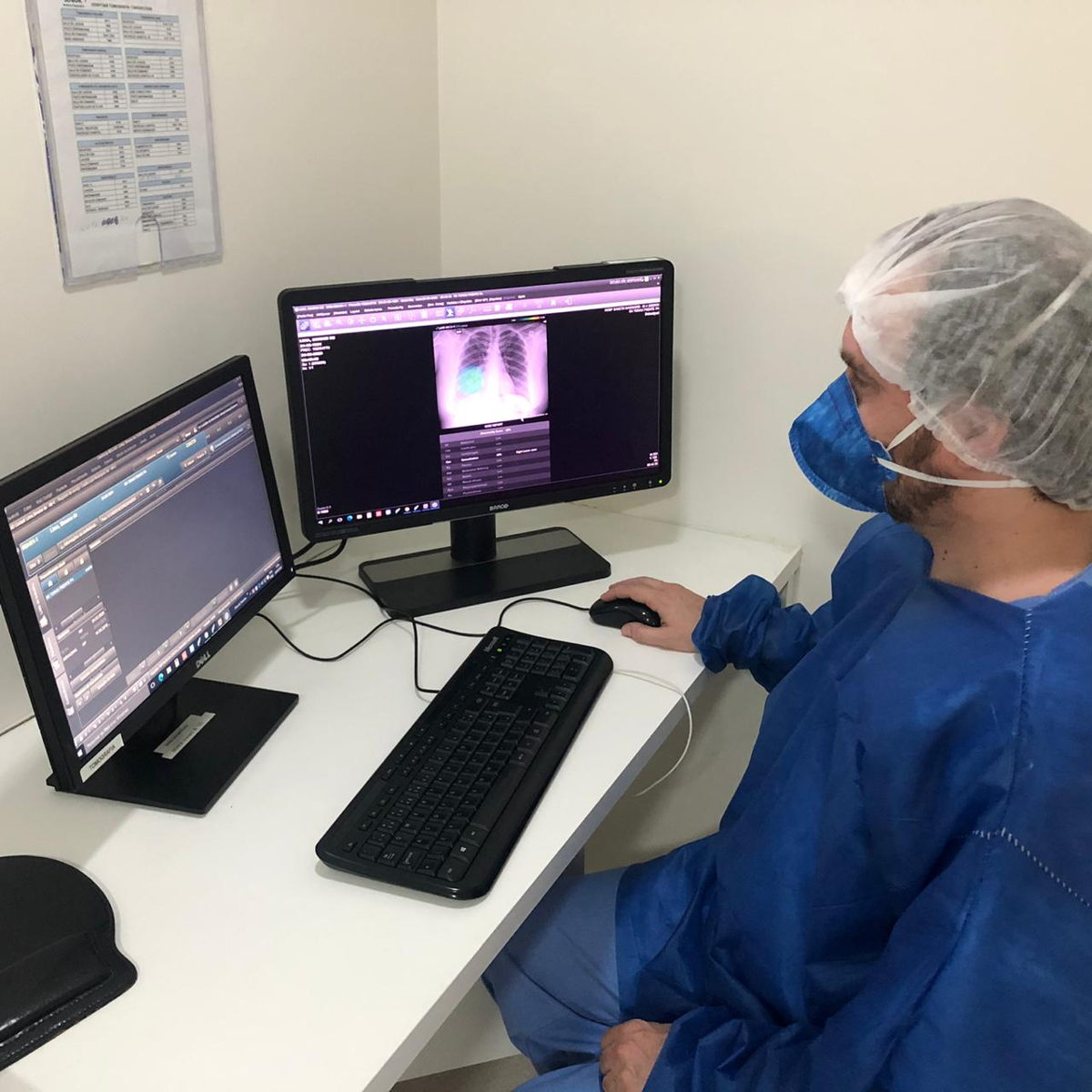 A radiologist at PreventSenior is using Lunit INSIGHT CXR to interpret chest x-ray image of a coronavirus patient who visited the center. [Photo by PreventSenior]