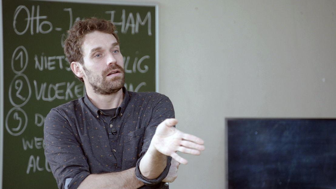Otto-Jan Ham geeft les over afkomst in De klas (c) VRT