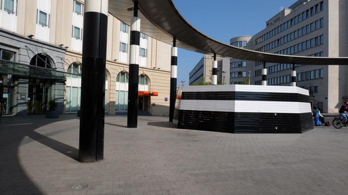 Carrefour de l'Europe : Une construction temporaire en bois plus esthétique vient remplacer les barrières de chantier