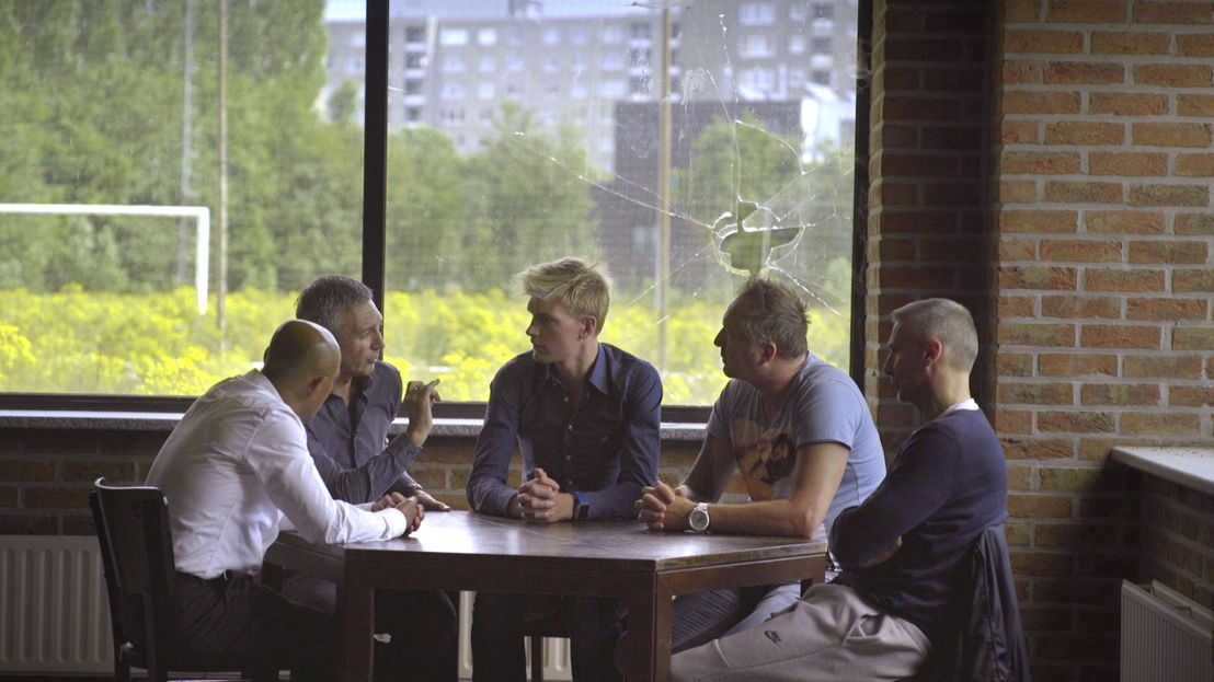 De kleedkamer - Germinal Ekeren 1996: Simon Tahamata, Eddy Snelders, Ruben Van Gucht, Mike Verstraeten, Gunther Hofmans - (c) Deklat Binnen