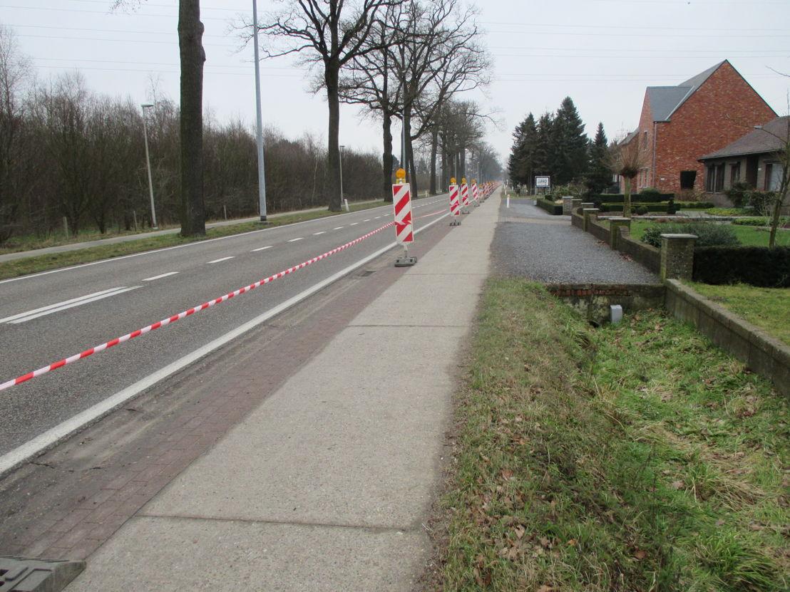 Tussen de rijbaan en het fietspad werd signalisatie geplaatst.
