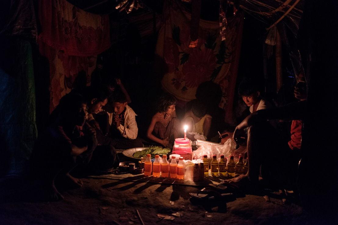 지난 9월 말, 미얀마를 떠나 방글라데시에 막 도착한 한 가족이 운치파랑 캠프에 자리를 잡았다. [사진=안토니오 파칠롱고/국경없는의사회]