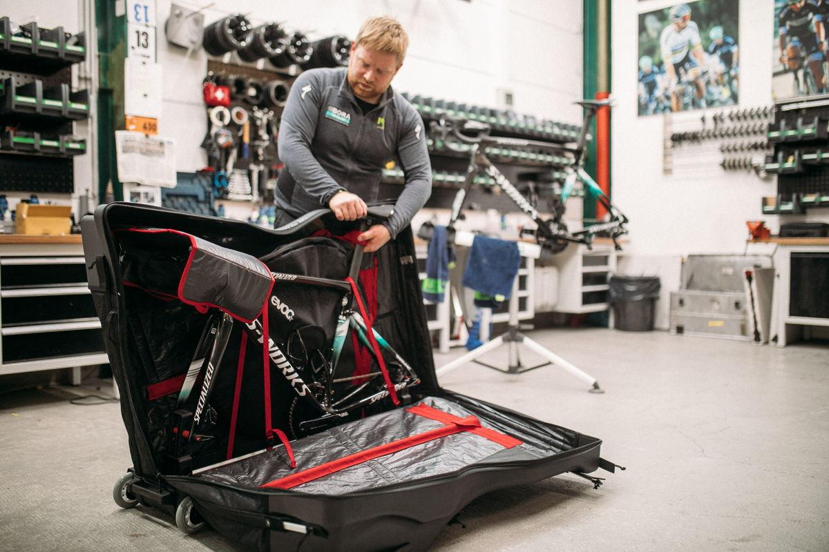 BORA – hansgrohe Mechaniker Veiko verpackt ein Wettkampf-Rad im EVOC Road Bike Bag Pro |©EVOC –Marco Schmidt