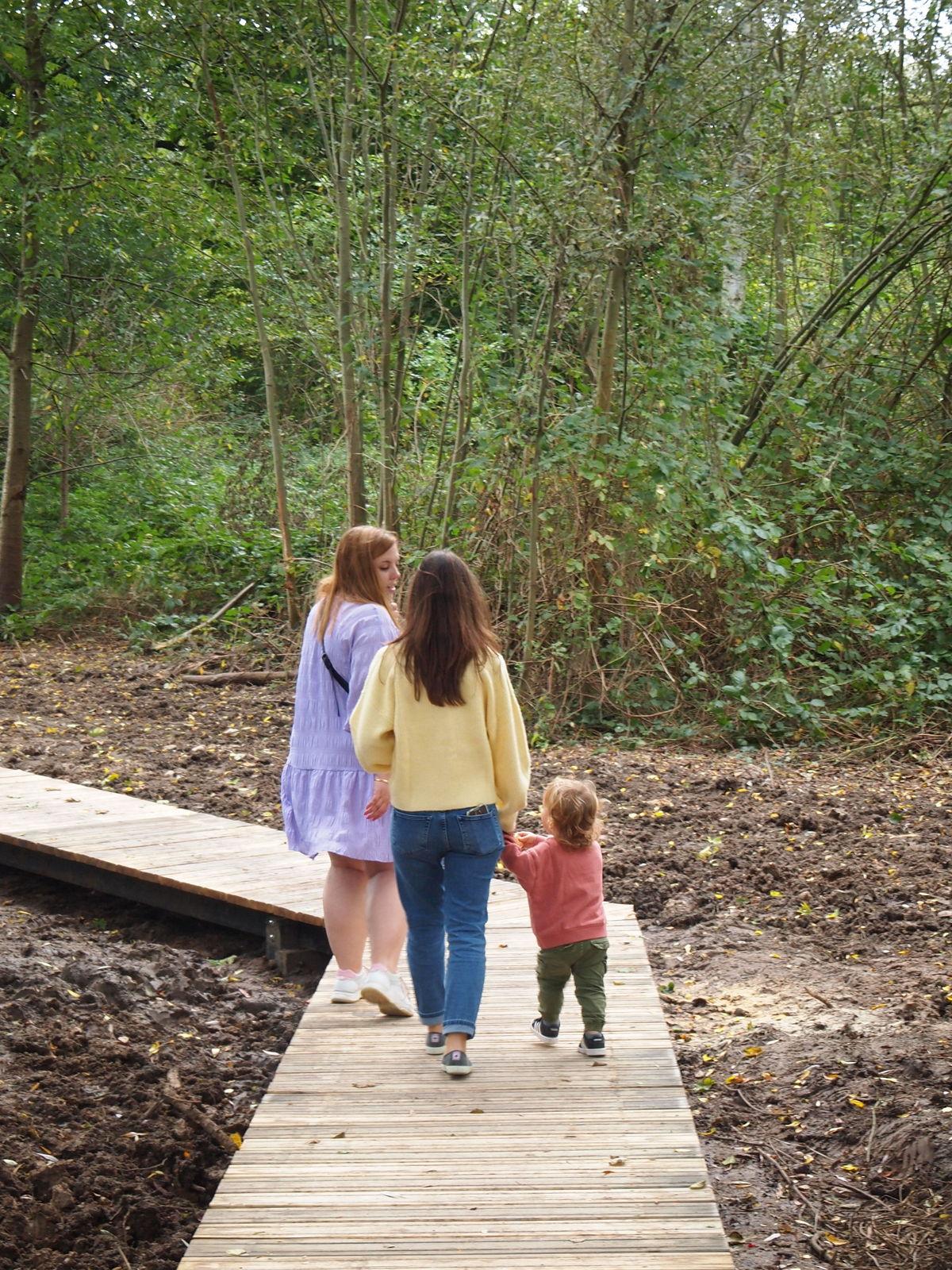 Wandelaars kunnen de natte delen van het gebied verkennen via vlonderpaden