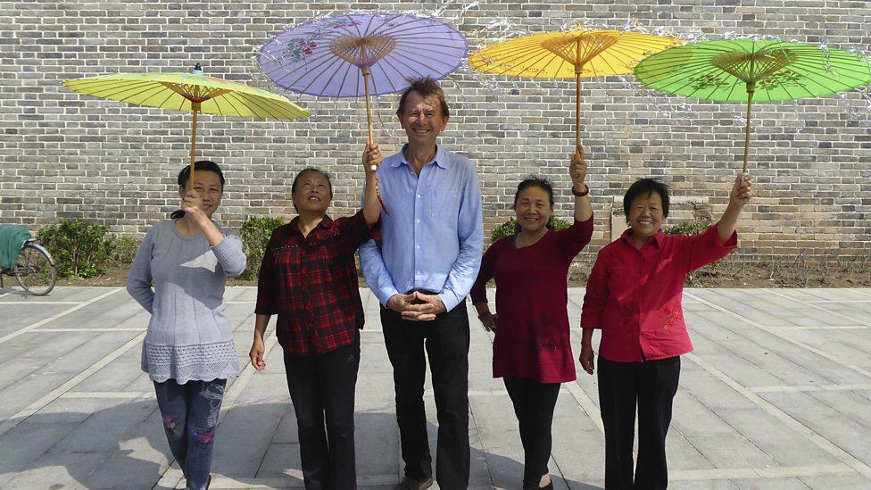 Michael Wood met dansers in Kaifeng - (c) BBC Worldwide