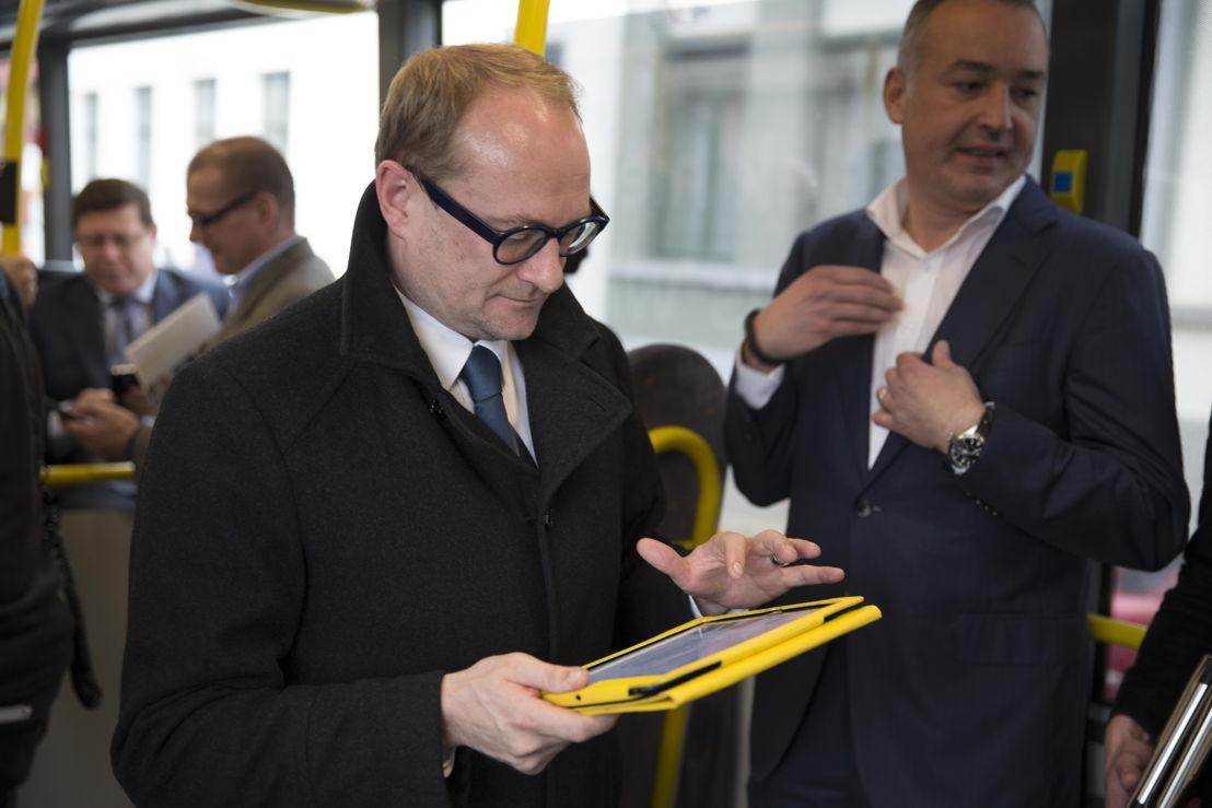 De Lijn lanceert 35 wifibussen in Leuven, Hasselt, Genk en Turnhout. Vlaams minister van Mobiliteit Ben Weyts test de gratis wifi op een bus in Leuven.