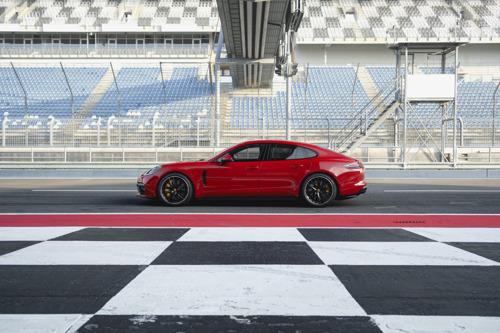 Moteur V8 bi-turbo de 460 ch, châssis sport et un large éventail d'équipements