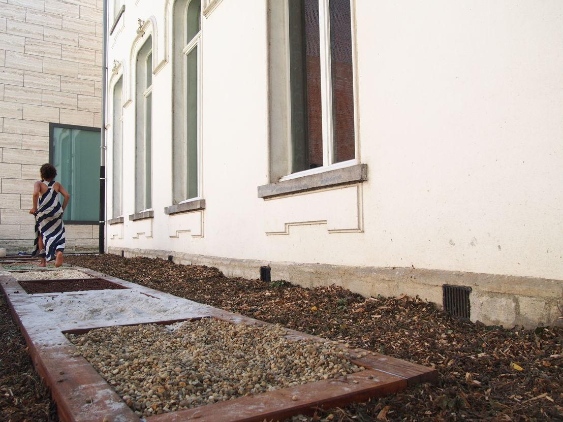 Het blotevoetenpad in de museumtuin (c) Andy Merregaert