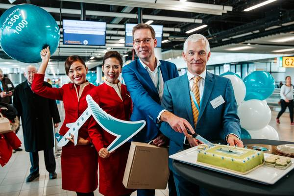 vlnr: Cathay Pacific cabin crew, Marco van Naarden, Cathay Pacific Country Lead en Head of Sales Benelux, Wilco Sweijen, Amsterdam Airport Schiphol Director Route & Business Development