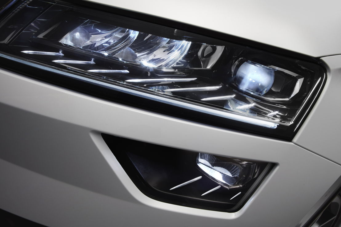 The crystalline cut of the full-LED headlights and the eight light strips that make up the 'eyelashes' create a unique lighting pattern.
