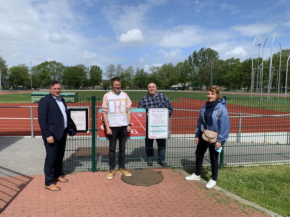 Gedeputeerde Gunther Coppens, schepen Magda Geeroms en twee medewerkers aan het sportcomplex van Machelen