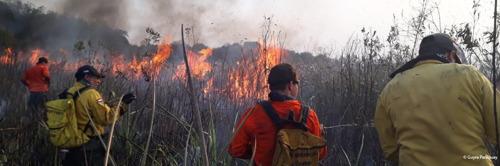 De branden in de Amazone razen verder. De lokale bevolking heeft dringend materiaal nodig om zich te beschermen en het vuur te doven.