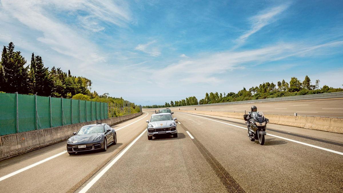 Similar a la autopista: las nuevas líneas de carril en la pista circular interior permiten probar las funciones de circulación autónoma.