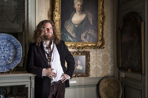 Eerste artistieke interventie van Jeroen Olyslaegers in Museum Mayer van den Bergh: luisterwandeling door de vaste collectie