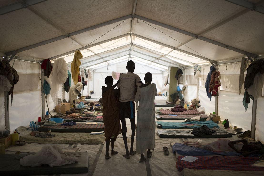 © Karel Prinsloo<br/>Deux membres de sa famille emportent Ruai Puot Malow, 56 ans, à l'hôpital de Médecins Sans Frontières à Lankien, au Sud-Soudan. La violence qui ne cesse de continuer dans ce pays affecte les soins de santé. En conséquence, des maladies telles que le kala-azar, dont souffre Ruai Puot Malow, ont encore fait plus de victimes.