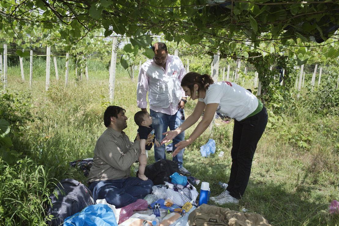 Idomeni. Grèce. La psychologue de MSF Aggela Boletsi et son collègue traducteur Shahraiar discutent avec un père iranien et son fils durant une clinique mobile de MSF. Ces cliniques offrent une assistance médicale aux migrants à la frontière entre la Grèce et la Macédoine.