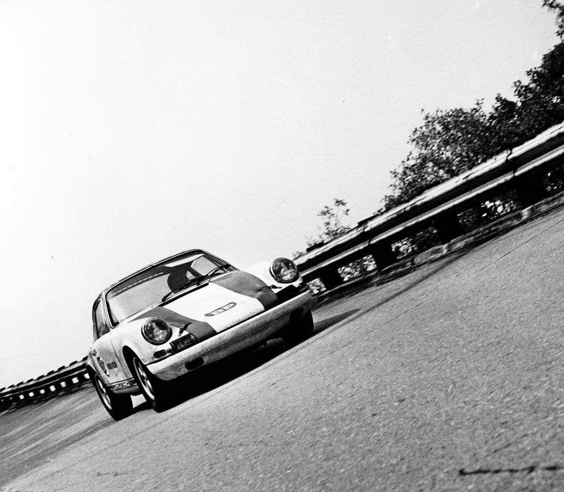 1967. En octubre, el recientemente revelado Porsche 911 R establece cinco records mundiales en Monza