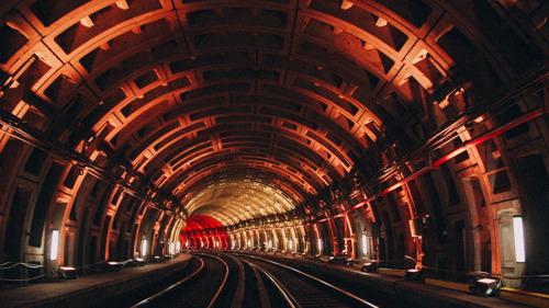 Jeu de lumière dans le métro pour fêter le retour à une vie plus normale