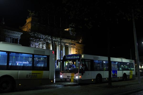 Enkele feestbussen tijdens oudejaarsnacht.