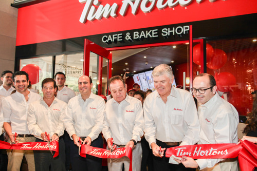 Miles de personas reciben al restaurante Tim Hortons® en Monterrey