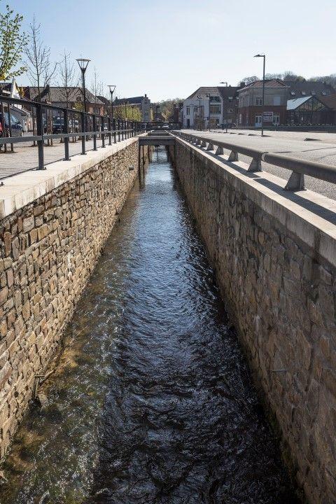 Door het hoge percentage verharde oppervlakte en de toenemende hevige buien is Vlaanderen extra kwetsbaar voor overstromingen. Ruimte geven aan water is daarom een belangrijke uitdaging voor de toekomst. In een hemelwaterplan op maat van de gemeente werden maatregelen opgenomen om toekomstige volumes regenwater te laten infiltreren, bufferen of vertraagd af te voeren. Een gebiedsingenieur van Aquafin neemt je mee en onderweg ontdek je welke maatregelen Overijse treft om wateroverlast in de toekomst te vermijden. Je komt langs enkele uitgevoerde en geplande werken opgenomen in het hemelwaterplan van deze gemeente. Je zal merken dat deze maatregelen perfect in het openbaar domein geïntegreerd worden en bovendien een meerwaarde bieden voor de omgeving.