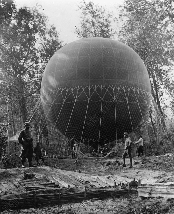 A French reconnaissance balloon before take-off.<br/>AKG158086
