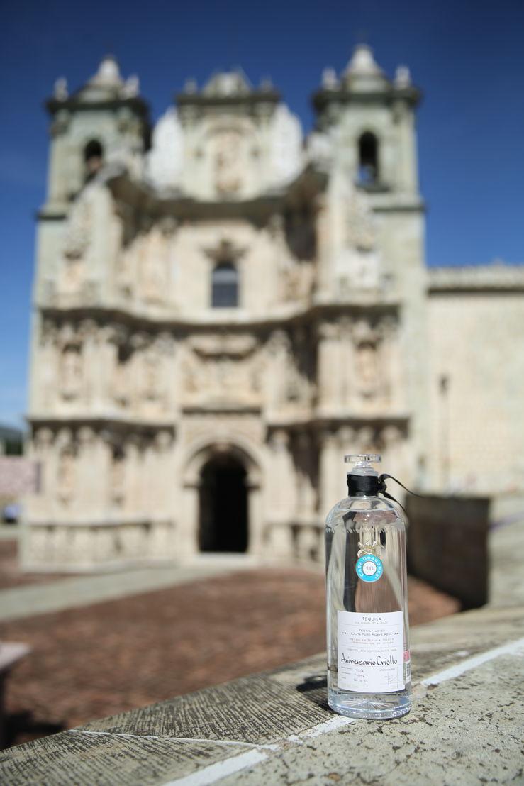 Tequila Casa Dragones Joven en la Catedral de Nuestra Señora de la Asunción en Oaxaca de Juárez, Oaxaca México.