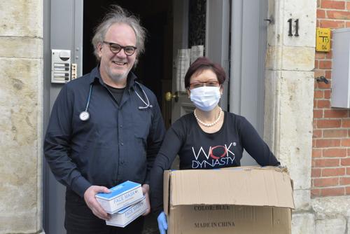 Wok Dynasty deelt 3000 mondmaskers uit aan Leuvense zorgverleners