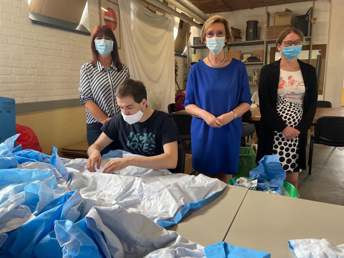 In De Werkplaats van Oostrem in Herent recycleren ze sterilisatiedoeken van 9 ziekenhuizen