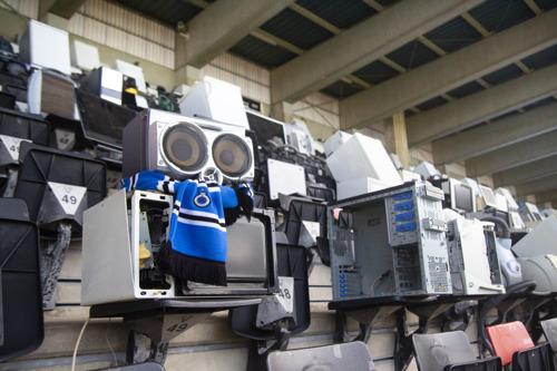 Mortierbrigade en Recupel vullen de tribunes van het Jan Breydelstadion met kapotte elektronische toestellen.