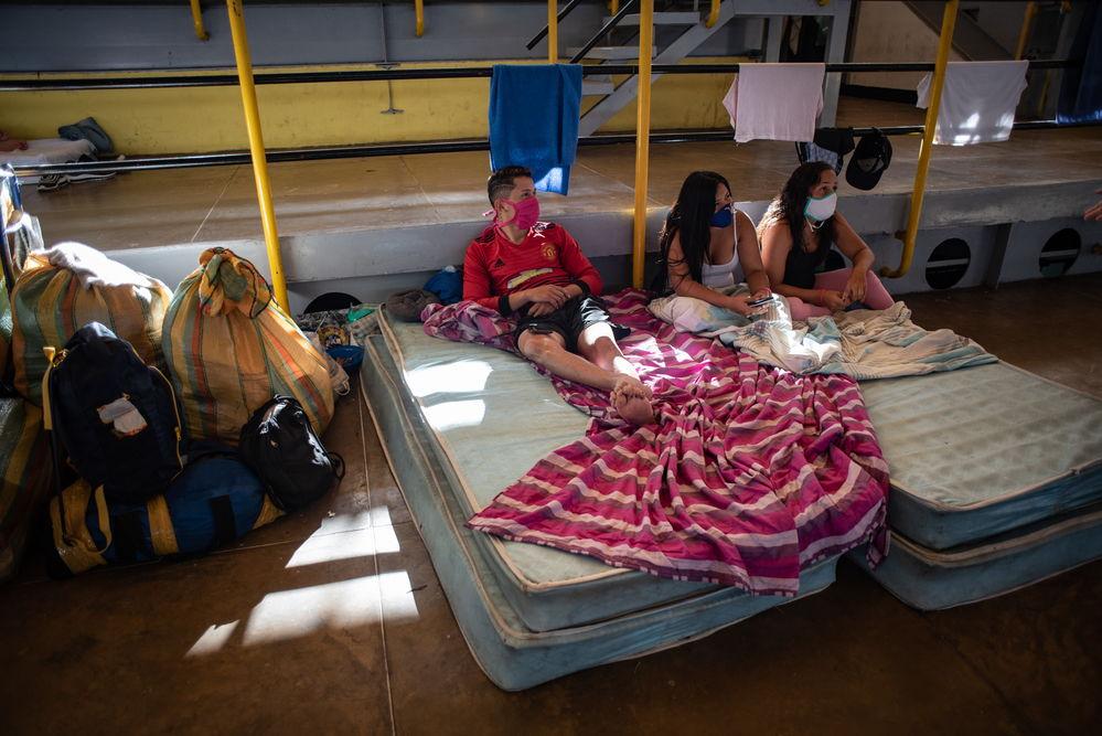 Cristian, Daniela y Deyanira entablaron amistad tras coincidir en un centro de cuarentena en el estado fronterizo de Táchira, Venezuela. Los tres habían emigrado en busca de trabajo, pero perdieron sus empleos a causa de la pandemia y decidieron regresar. © Veronica Ravelo/MSF
