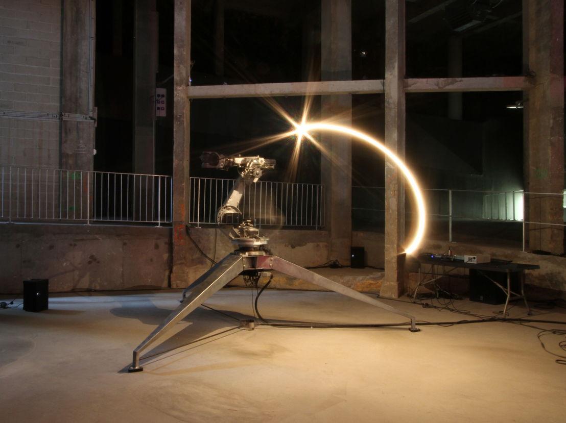 Conrad Shawcross, The ADA Project, 2013. Aluminio, acero, luz, sistema mecánico controlado por computadora. 415 x 380 x 380 cm. Vista de la instalación en el Palais de Tokyo, París. Cortesía del artista y Victoria Miro, Londres.