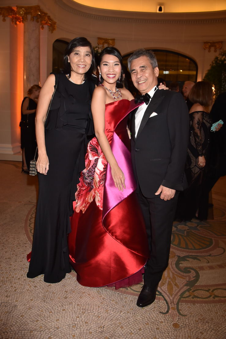 Nam Phuong Dinh Thi (in Alexis Mabille HC and jewelry by Payal New York) with her parents Ngoc Diep Nguyen and Thanh Ba Dinh, Photo by Jean Luce Huré
