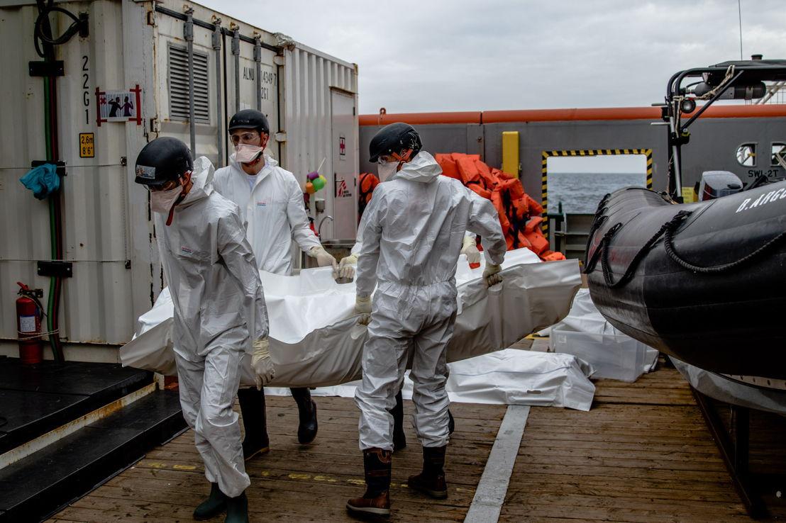 Des collaborateurs de MSF portent un corps à la morgue du Bourbon Argos. Le 17 novembre, le bateau de MSF a recueilli 27 personnes et 6 corps récupérés en mer par un navire de la marine britannique. © Borja Ruiz Rodriguez