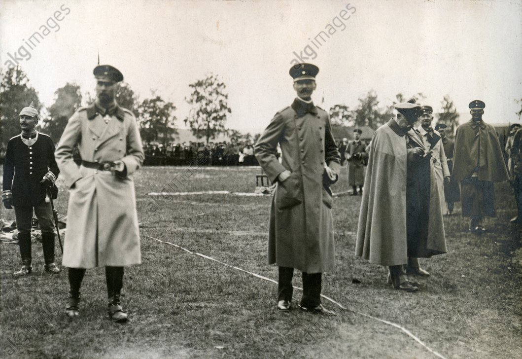 Turf Sports Festival of the Imperial Vilna Governorate on the Vilna Antokol Racetrack: Prince Oskar observes the competition; on the right General Hermann von Eichhorn lighting a cigar. AKG2004367
